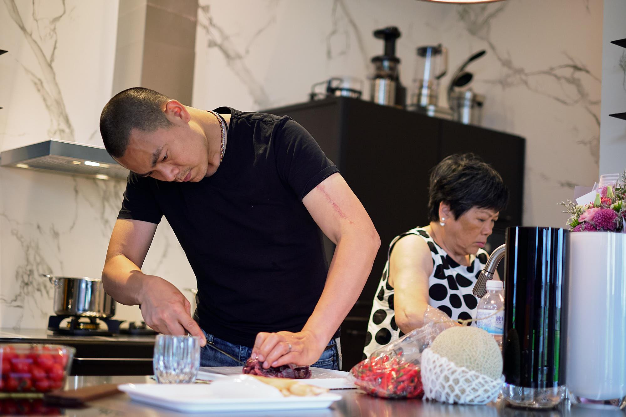 江振誠跟媽媽一起下廚,媽媽是他料理的啟蒙。(牽猴子整合行銷提供)
