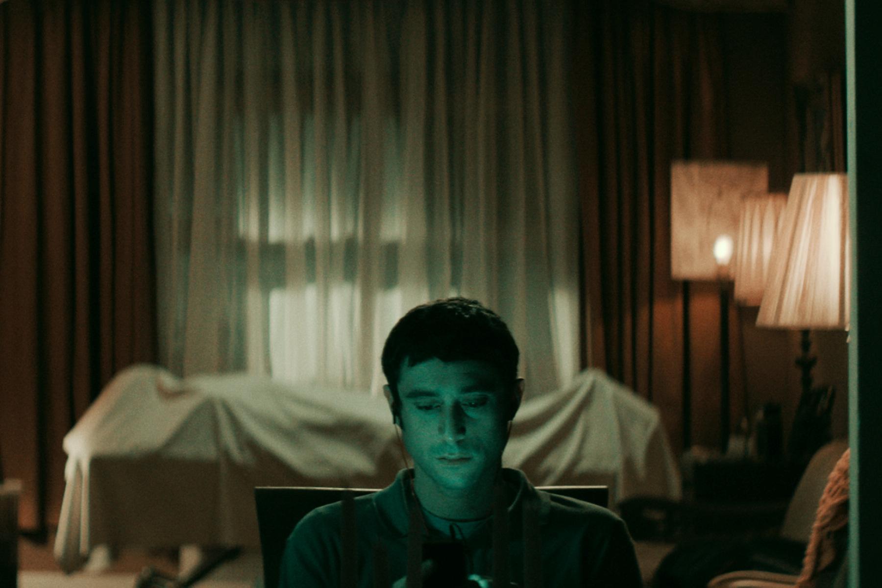 男主角戴夫戴維斯在片中飾演經歷靈異事件的守靈人