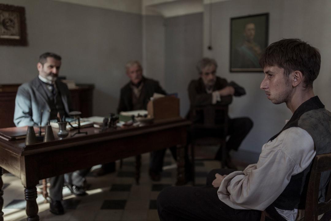 《隱藏的畫家》年輕的安東尼奧利加布因為身分問題被質詢