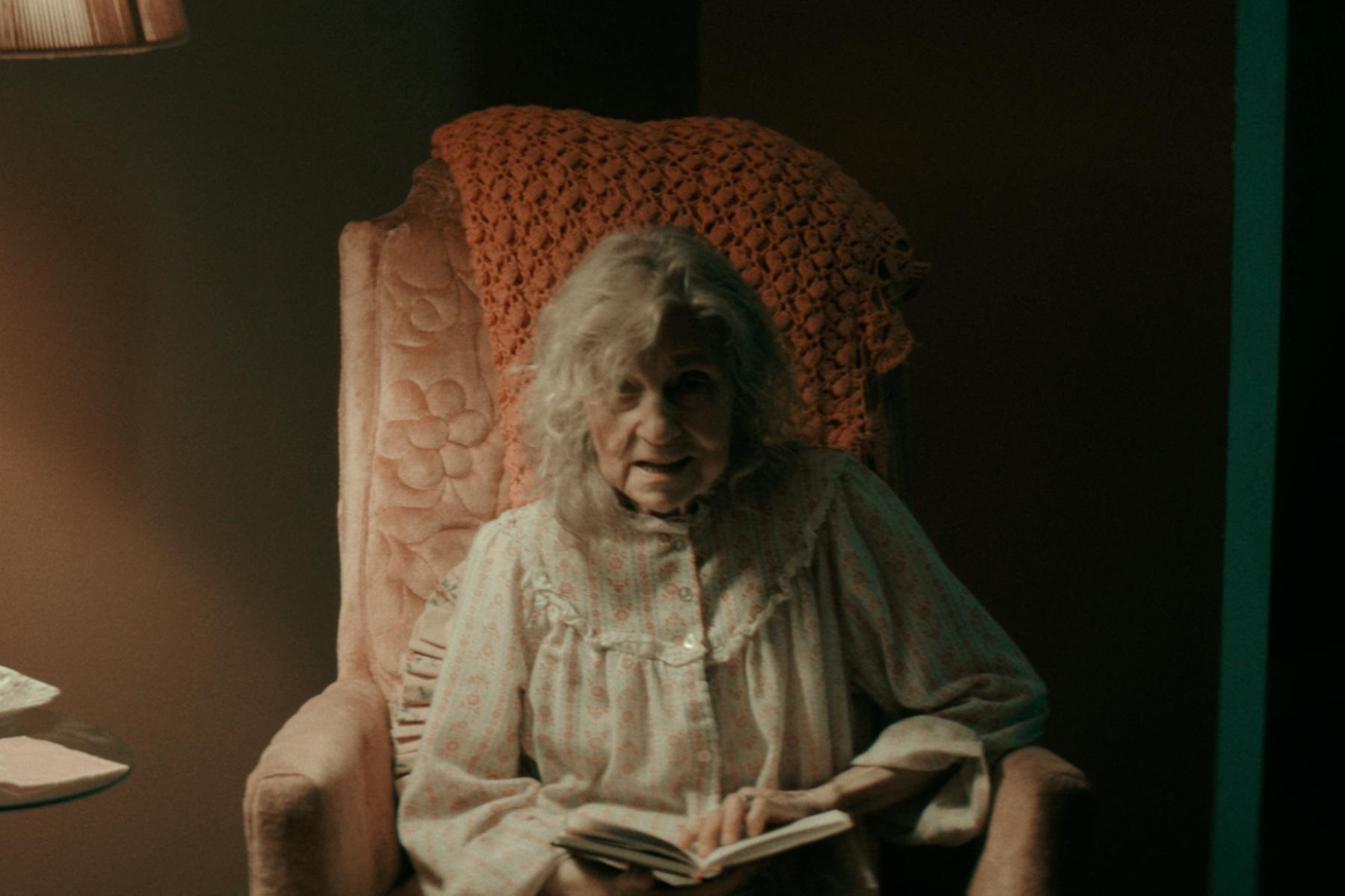 林恩科恩在片中飾演亡者的妻子,口中總是吟唱詭異的意第緒語歌曲
