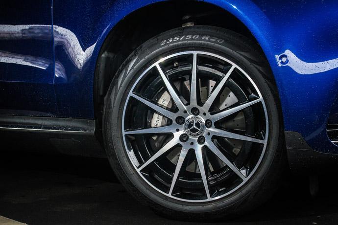 搭配20吋AMG輪圏,散發出十足的跑格感受。