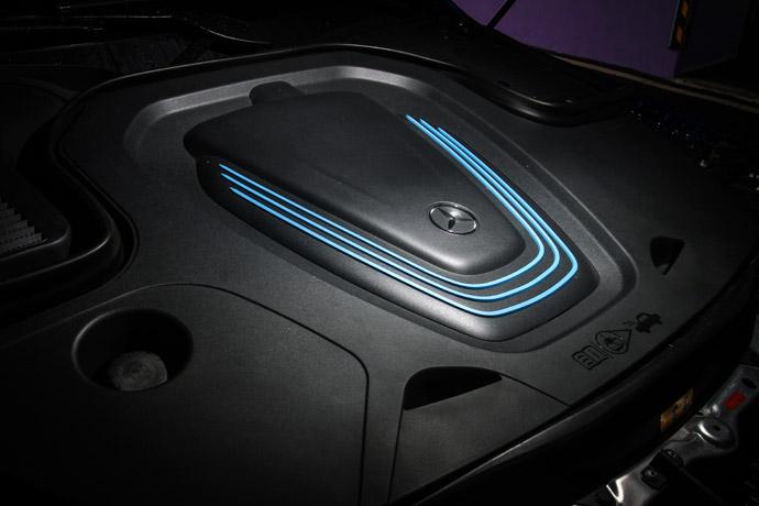 80kWh的鋰電池組並在前軸及後軸上分別搭載一組電動馬達以達到主動式四輪驅動,使最大馬力可輸出408hp,最大扭力可輸出77.5kgm。