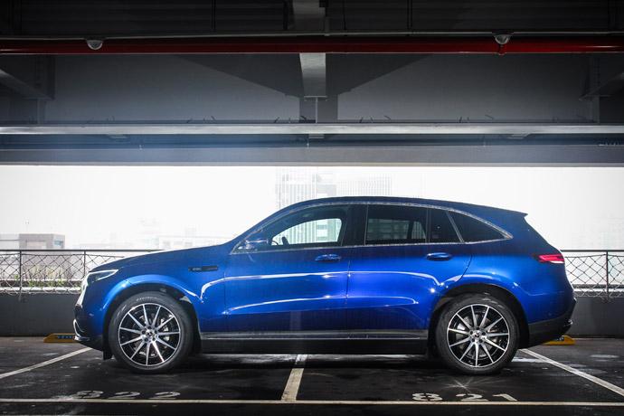 EQC400雖然是架構於GLC的底盤架構之下,但在外型上的設計是完全不同於GLC車系的,從細節出可以到Generation EQ Concept概念車的影子。