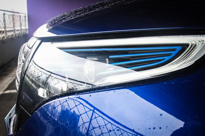 多光束智慧型LED設計,並整合了LED藍色燈條營造出前衛的未來樣貌。