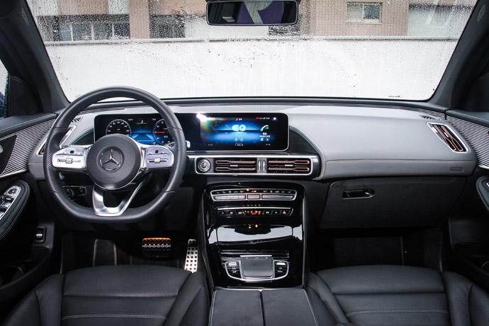 EQC整體線條輪廓與車室用料都延續以往的風格,兩組10.20吋螢幕成為最大的內裝焦點,駕駛者可透過多功能三幅式方向盤,控制兩組螢幕的模式介面,左側盤幅可操控儀錶板數位資訊,右側盤幅則可以調整中控台螢幕。