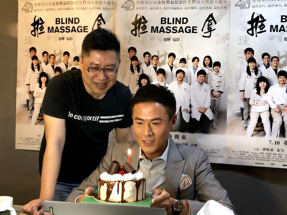 主持人楊達敬與前景娛樂負責人黃茂昌特地安排為黃璐線上慶生