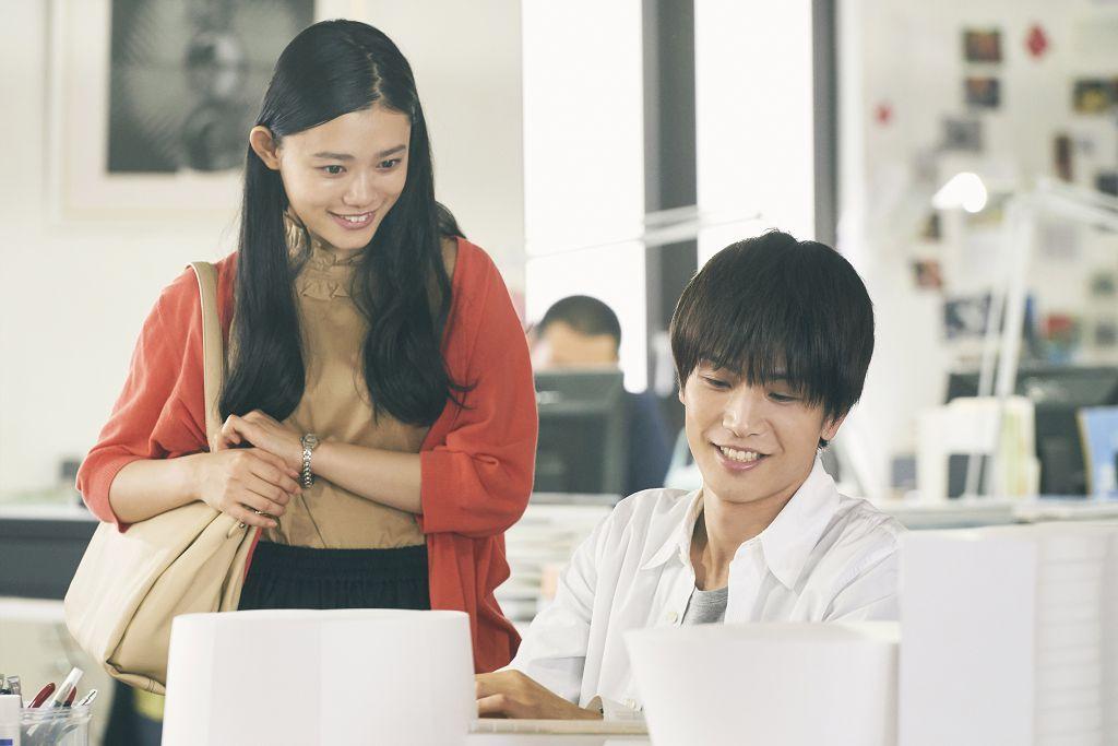 杉咲花劇中偶然與高中學長岩田剛典重逢後 再度與他陷入情網