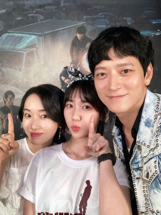李貞賢、李蕊、姜棟元 為宣傳電影可愛自拍