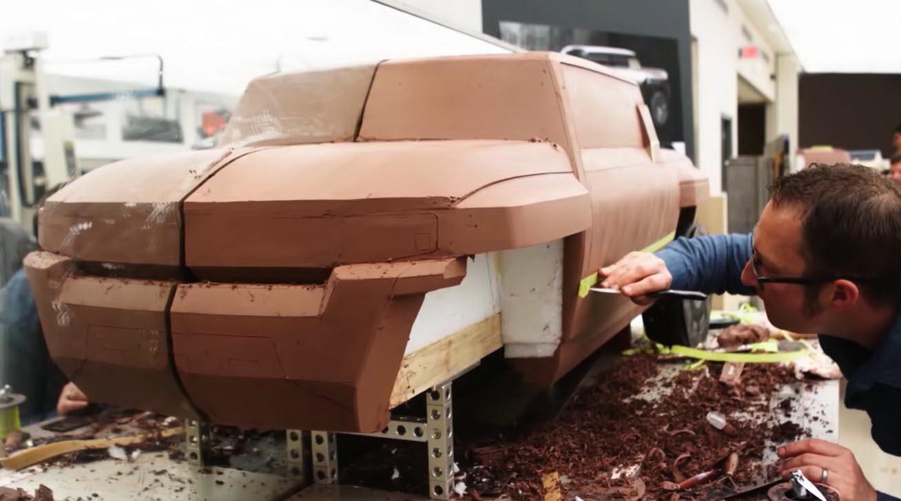 圖/影片其中一幕研發室場景,以黏土雕塑方式呈現出車款的設計過程。