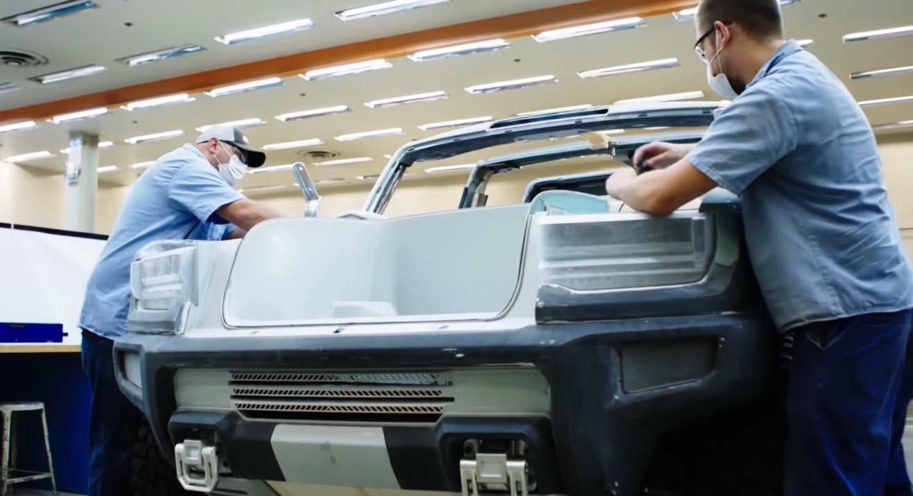 圖/悍馬電動皮卡以方形、尖銳的線條勾勒出整體輪廓,水箱格柵與引擎蓋採一體成型設計,讓整個車身視覺感更加立體。