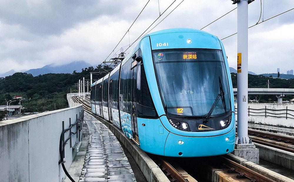 淡海輕軌(Photo via Wikimedia, by Subscriptshoe9, CC License BY-SA 4.0,圖片來源:https://zh.wikipedia.org/wiki/%E6%B7%A1%E6%B5%B7%E8%BC%95%E8%BB%8C#/media/File:New_Taipei_Metro_Danhai_Light_Rail_Train_2018-12-29.jpg)