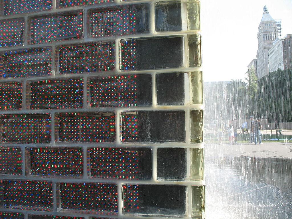 皇冠噴泉 (Photo by TonyTheTiger at English Wikipedia, License: CC BY-SA 3.0, Wikimedia Commons提供)