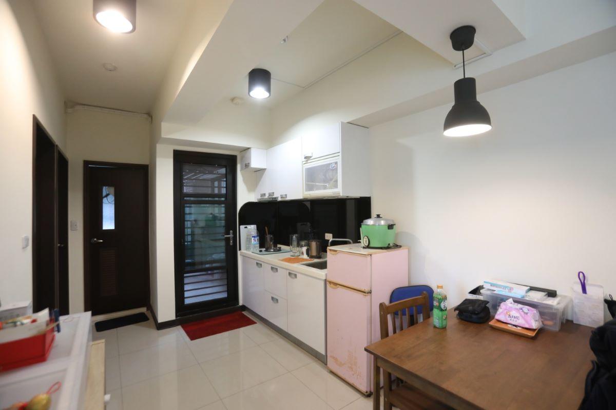 ▲天花板的樑如果垂直穿過大門、房門與廚房門,都屬於「穿心煞」。