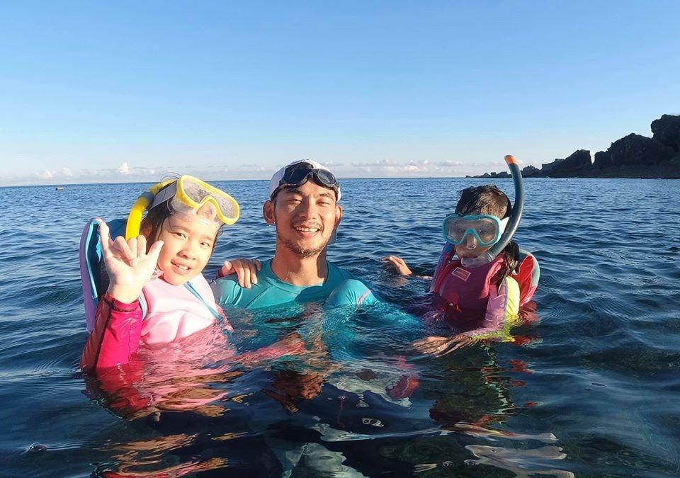 ▲亮哲跟女兒們一起在墾丁浮潛。