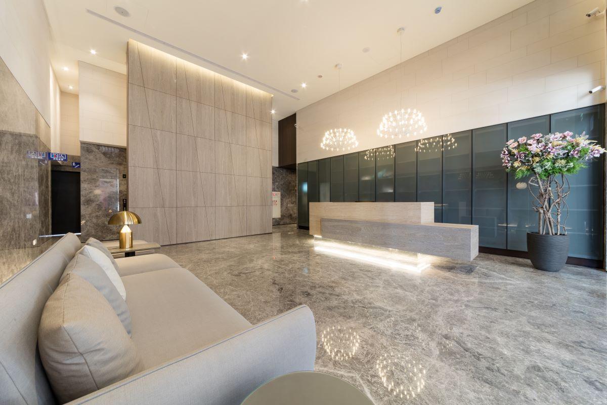 ▲一、二期大廳皆挑高6米,並推出在地少見的飯店式物業管理,讓住戶享飯店感受。