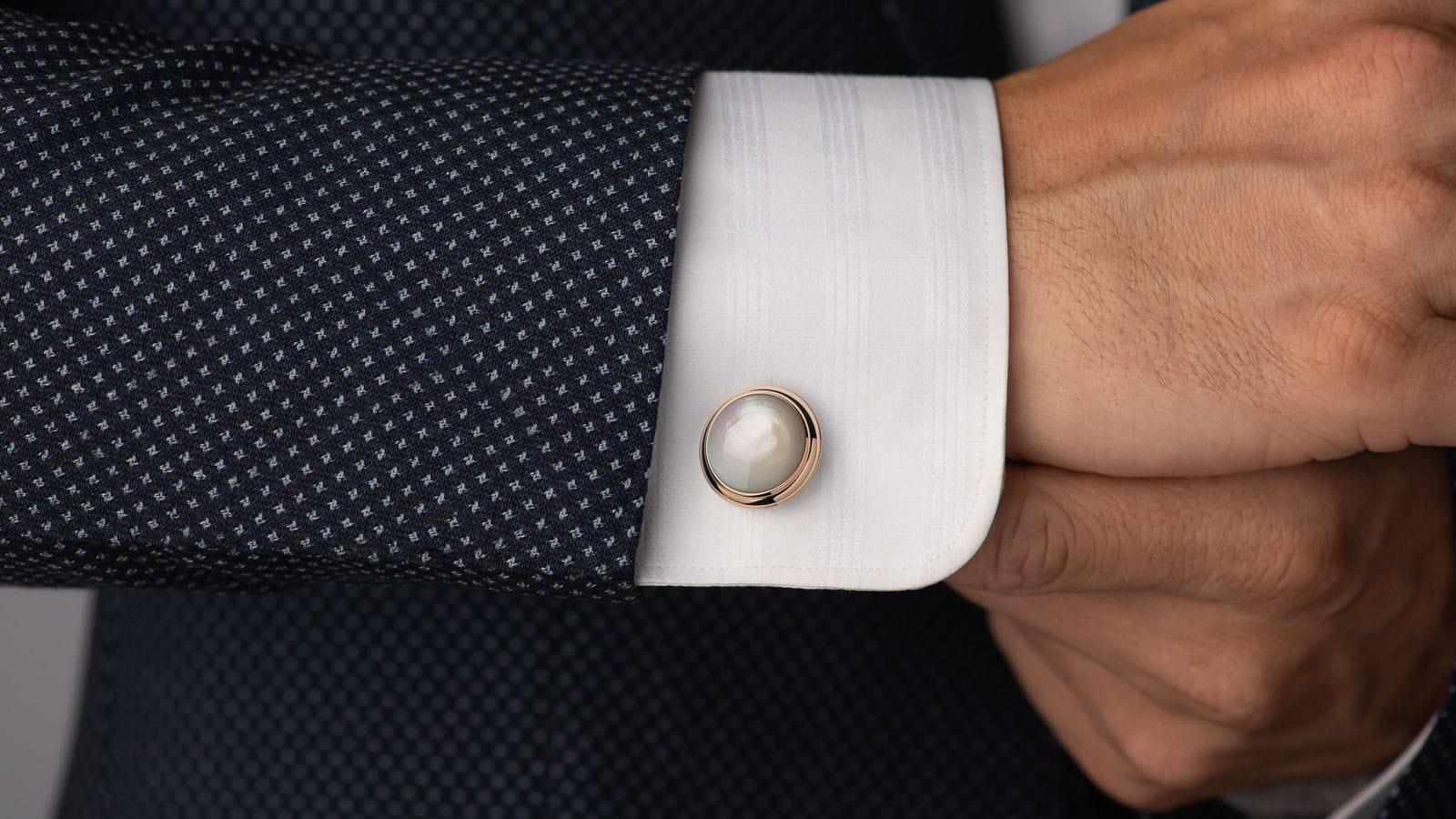 在工業化的現代,多數人的襯衫在入手時,袖口上早已縫上了鈕釦,讓這個充滿個性的小配件,逐漸被人們遺忘。