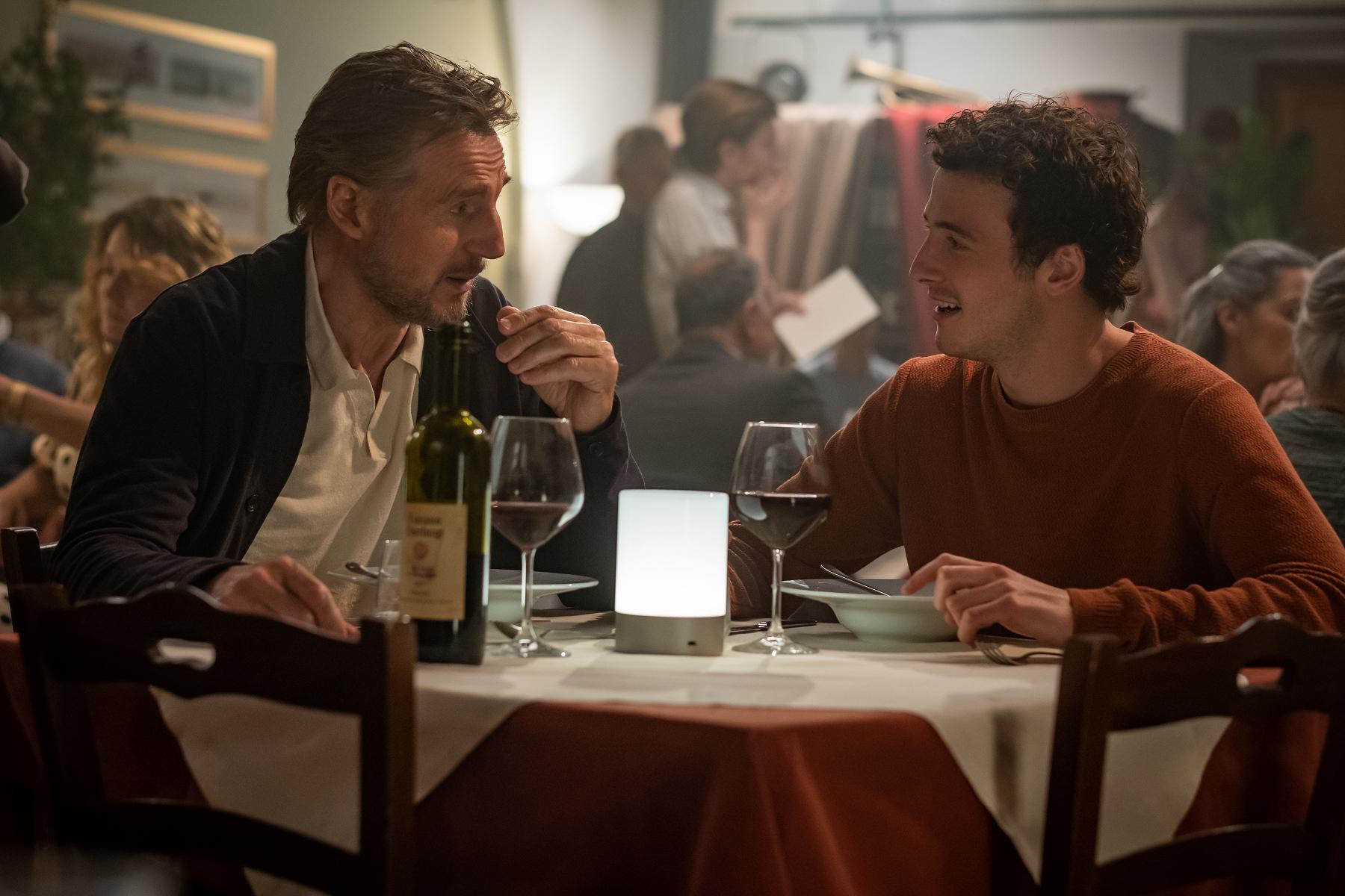 連恩尼遜(左)與麥可李察遜(右)父子檔的「本色演出」,讓導演讚譽有佳