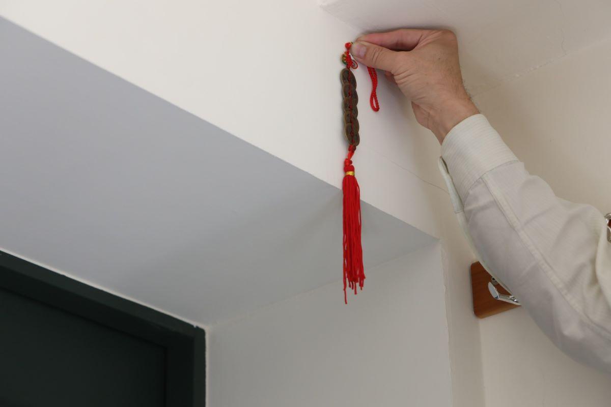 ▲樑上可懸掛五帝錢、或是透過裝潢手法包覆,可以避開煞氣。