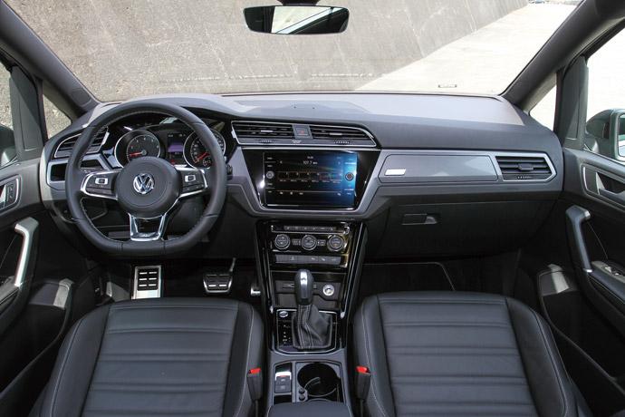 雖然儀表採用傳統的紅色指針搭配雙圓式設計,不過中央的8吋多媒體主機支援了Apple CarPlay和Android Auto手機連結功能,增添不少功能性。