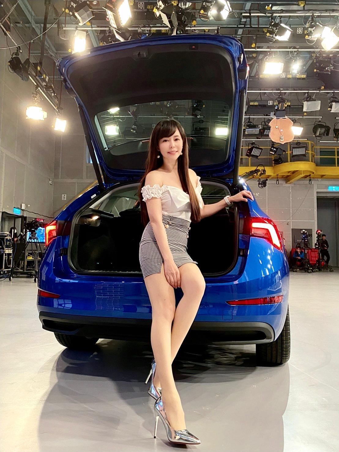 女星李冠儀是演藝圈出了名的汽車節目主持人。