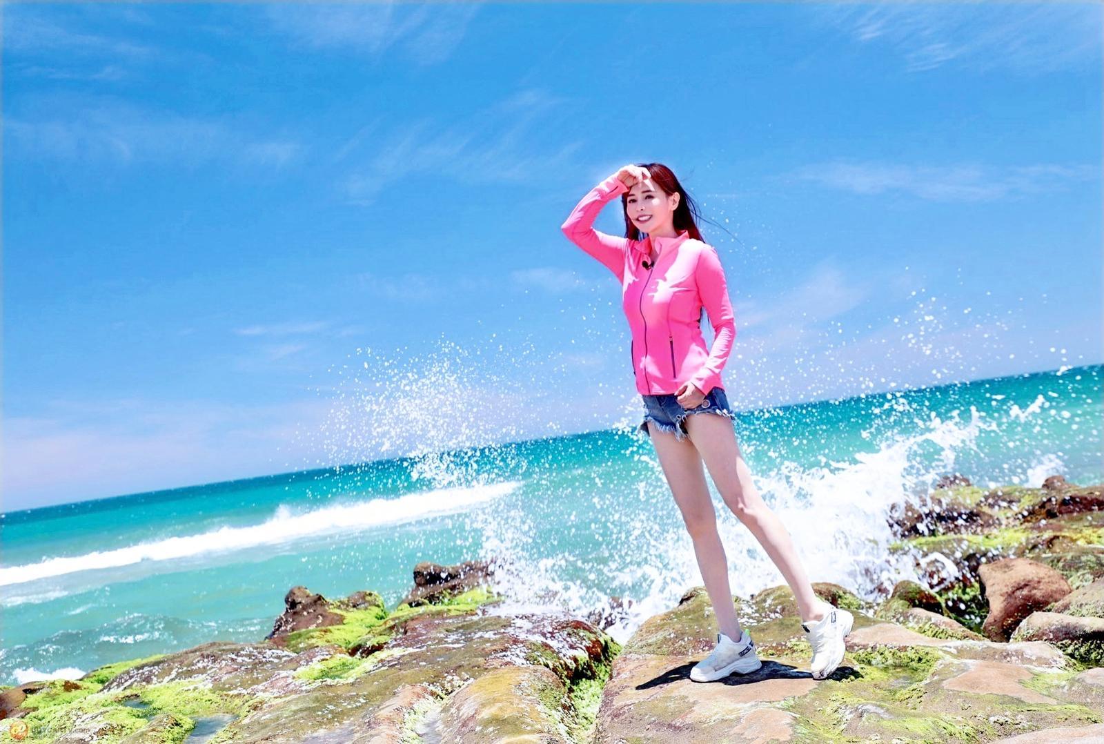 女星李冠儀推薦大家夏日外出多穿防曬光療衣。
