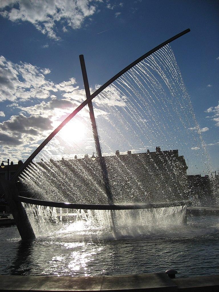 水船噴泉 (Photo by Alberto Ceballos, License: CC BY-SA 2.0, 圖片來源www.flickr.com/photos/16161296@N00/5475027576)