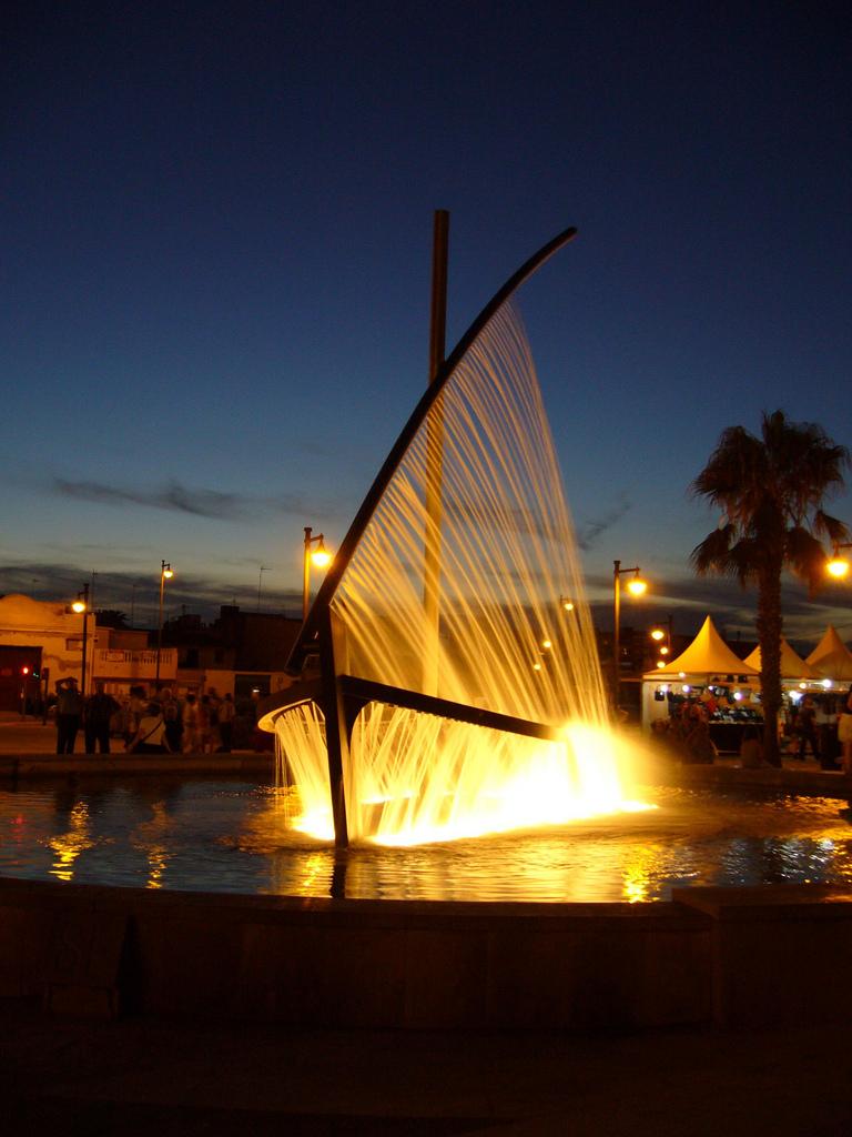 水船噴泉 (Photo by Montaraz, License: CC BY 2.5, 圖片來源commons.wikimedia.org/wiki/File:Fuente_en_la_Playa_Malvarrosa.jpg)