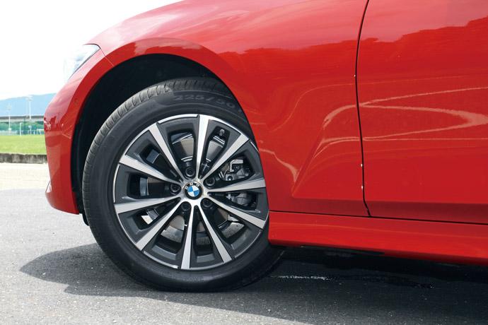 標配17吋V輻式鋁圈,讓底盤維持一定的舒適度。