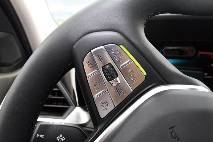 自動倒車輔助系統燈號整合於方向盤上。