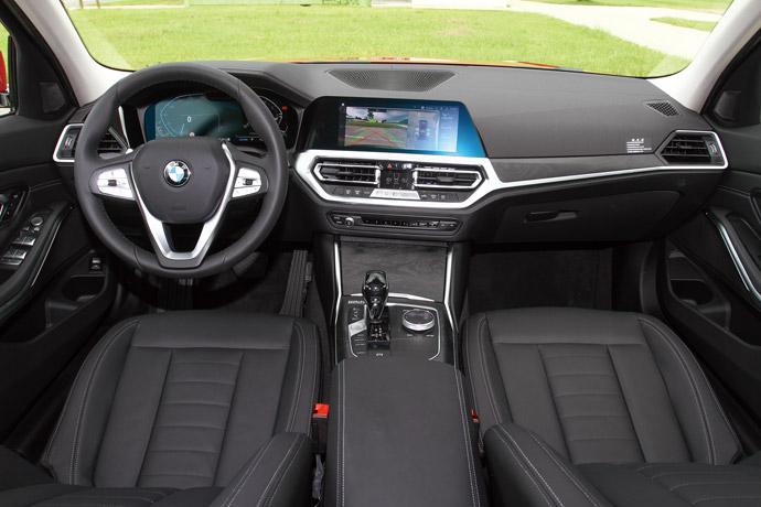 內裝提供多種顏色搭配,標配12.3吋數位儀表與10.25吋中控螢幕。