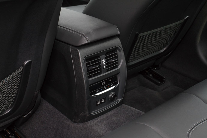 標配三區恆溫空調讓後座也擁有獨立溫度控制面板。