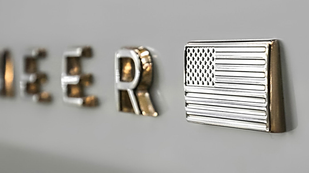 圖/另一張則是廠徽特寫,但拍攝角度十分低調,刻意只顯示最後幾個英文字母,最後面還有金光閃閃的美國國旗。