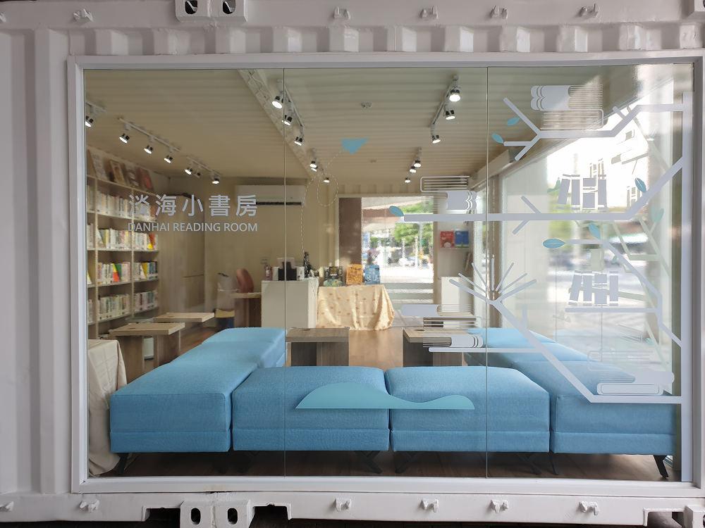外觀是玻璃純白貨櫃屋(圖片來源:新北市立圖書館授權提供)