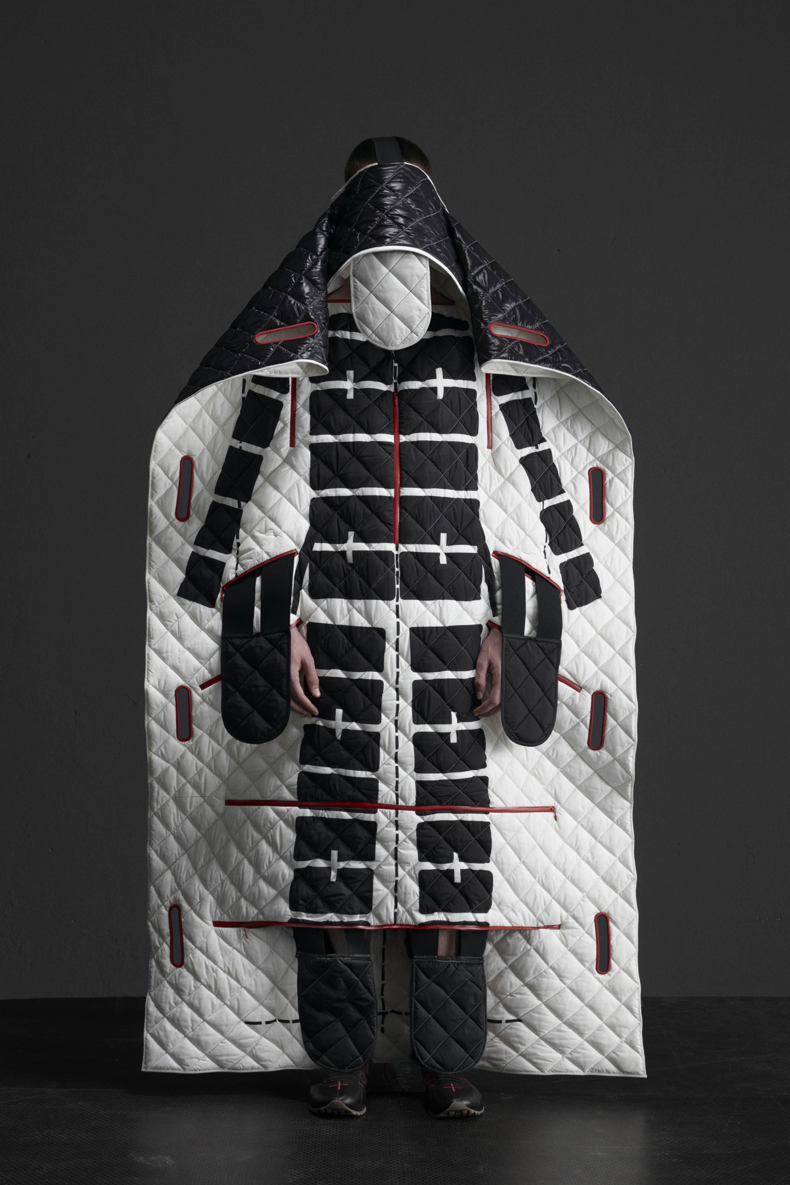 不穿著時輕薄平整,穿著時則通過一系列拉鍊設計來兼顧舒適度與蓬鬆感