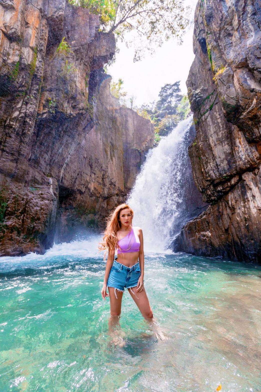 ▲拐拐前陣子去清境玩時,特別跋山涉水與瀑布合照。