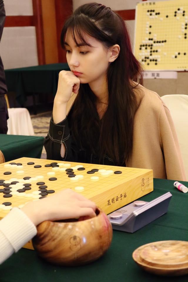她在14歲就成為職業棋士,擁有台灣棋院圍棋職業七段的專業資格,可是台灣段位最高的女棋士呢。