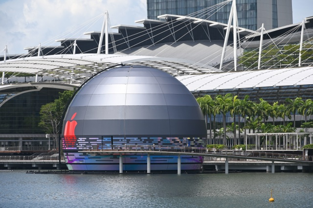 A general view shows the new Apple store, located in the water in front of the Marina Bay Sands, in Singapore on August 24, 2020. (Photo by Roslan RAHMAN / AFP) (Photo by ROSLAN RAHMAN/AFP via Getty Images)