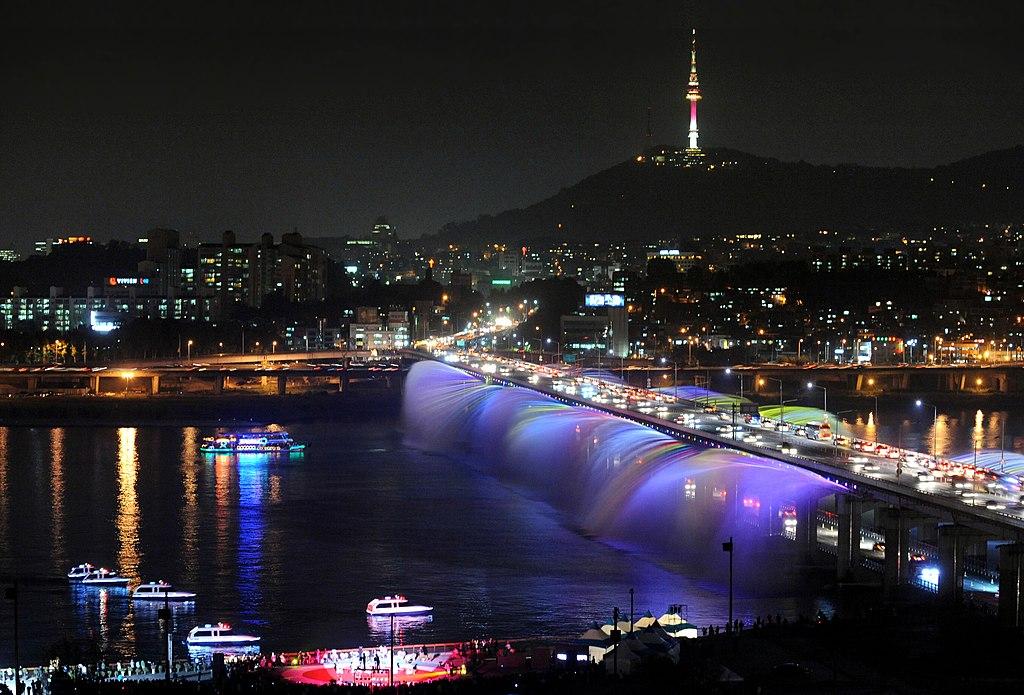 月光彩虹噴泉 (Photo by Seoul Metropolitan Fire & Disaster Headquarters, License: CC BY-SA 4.0, Wikimedia Commons提供)