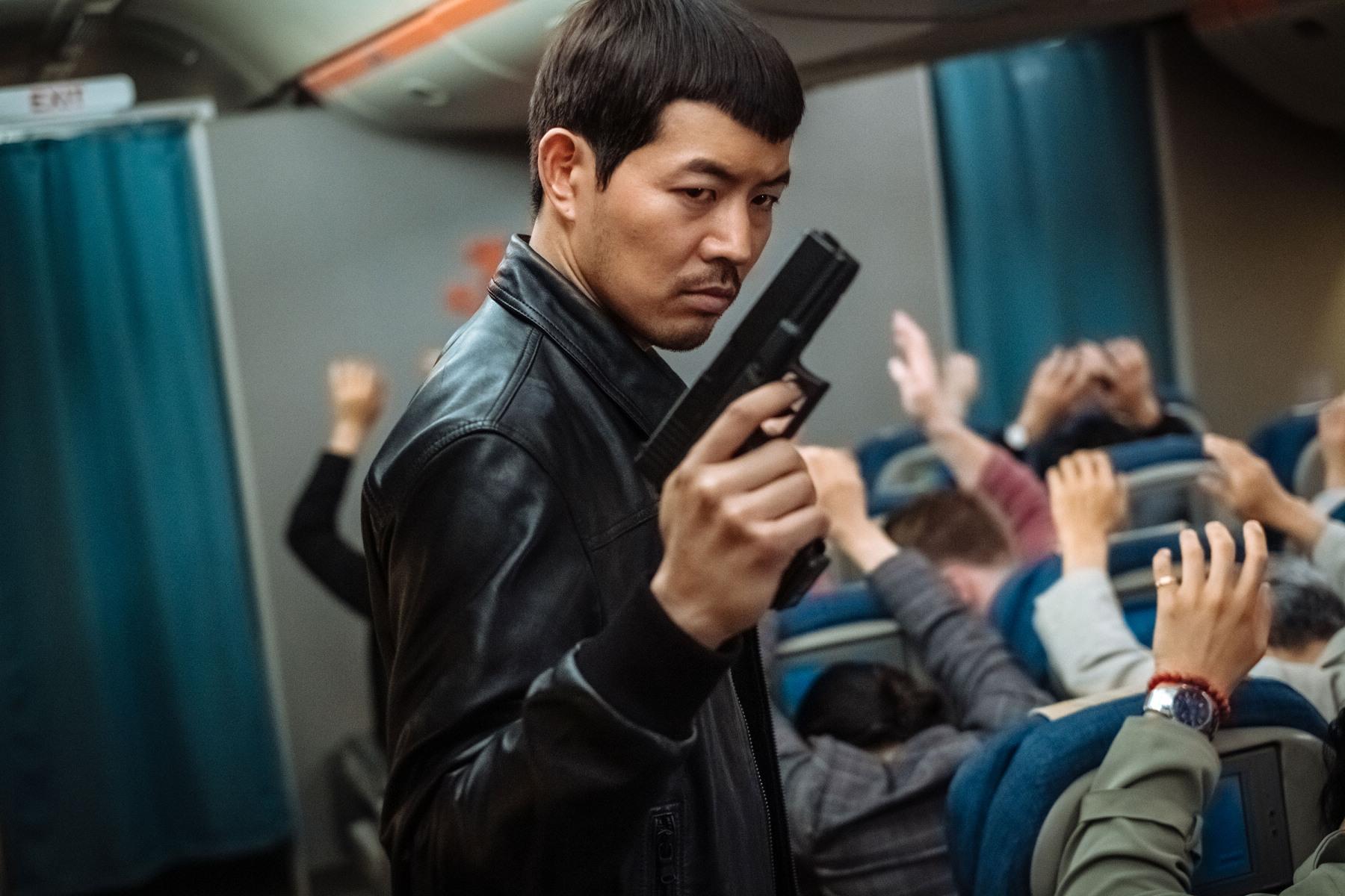 李尚允在片中逆轉過去暖男形象,扮演反派恐怖份子,甚至挑戰朝鮮話