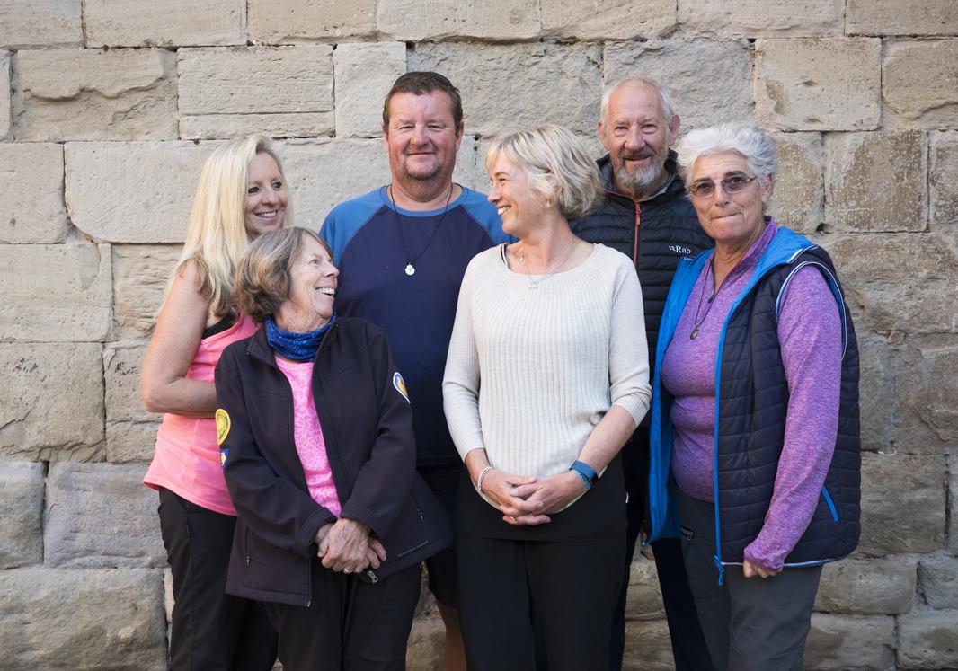 《聖雅各的天空》(Camino Skies)描述失婚女蘇珊(左前)等6個紐澳旅人、在長達800公里「聖雅各之路」相互砥礪的感人故事