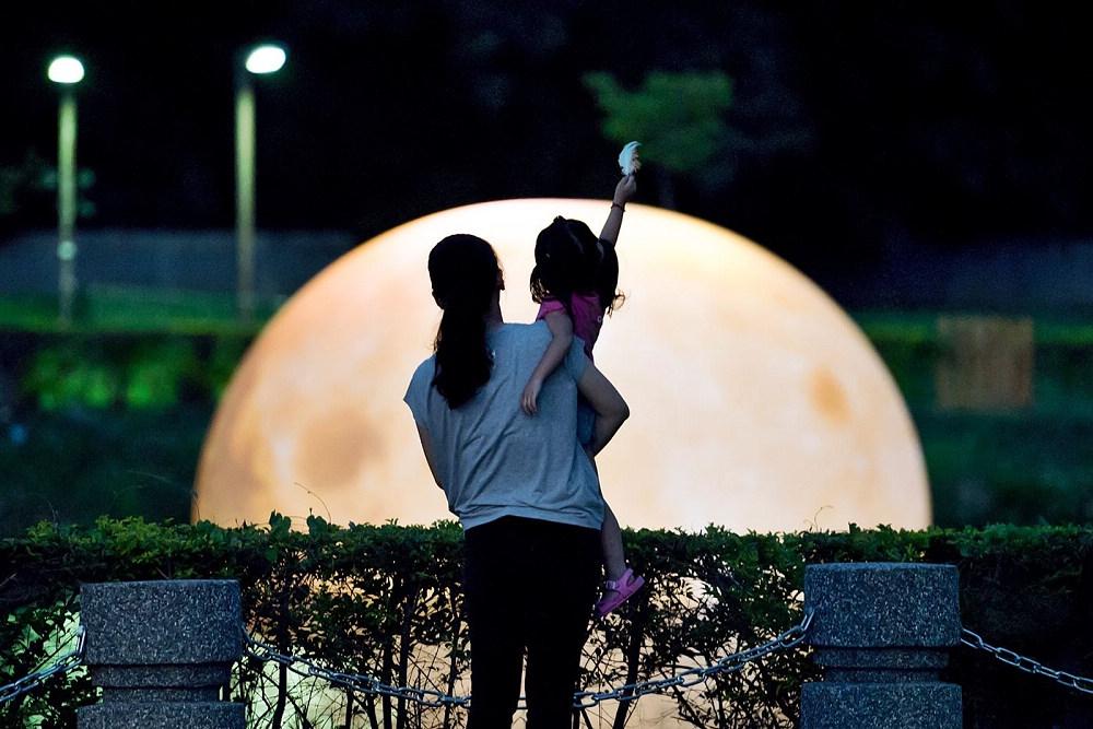 親子共賞光織影舞最大月亮(圖片來源:嘉義市政府)
