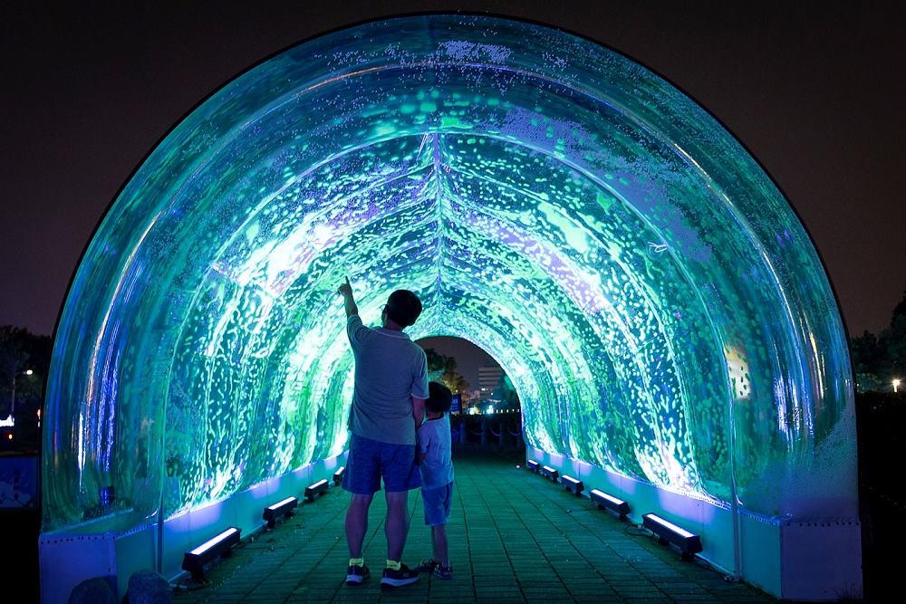 走進「漫天飛雪」,孩子牽著爸爸的手、仰望天棚裡飛舞的螢光(圖片來源:嘉義市政府)