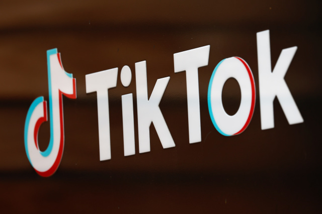 The TikTok logo is pictured outside the company's U.S. head office in Culver City, California, U.S.,  September 15, 2020.   REUTERS/Mike Blake - RC28ZI9WTJJ9