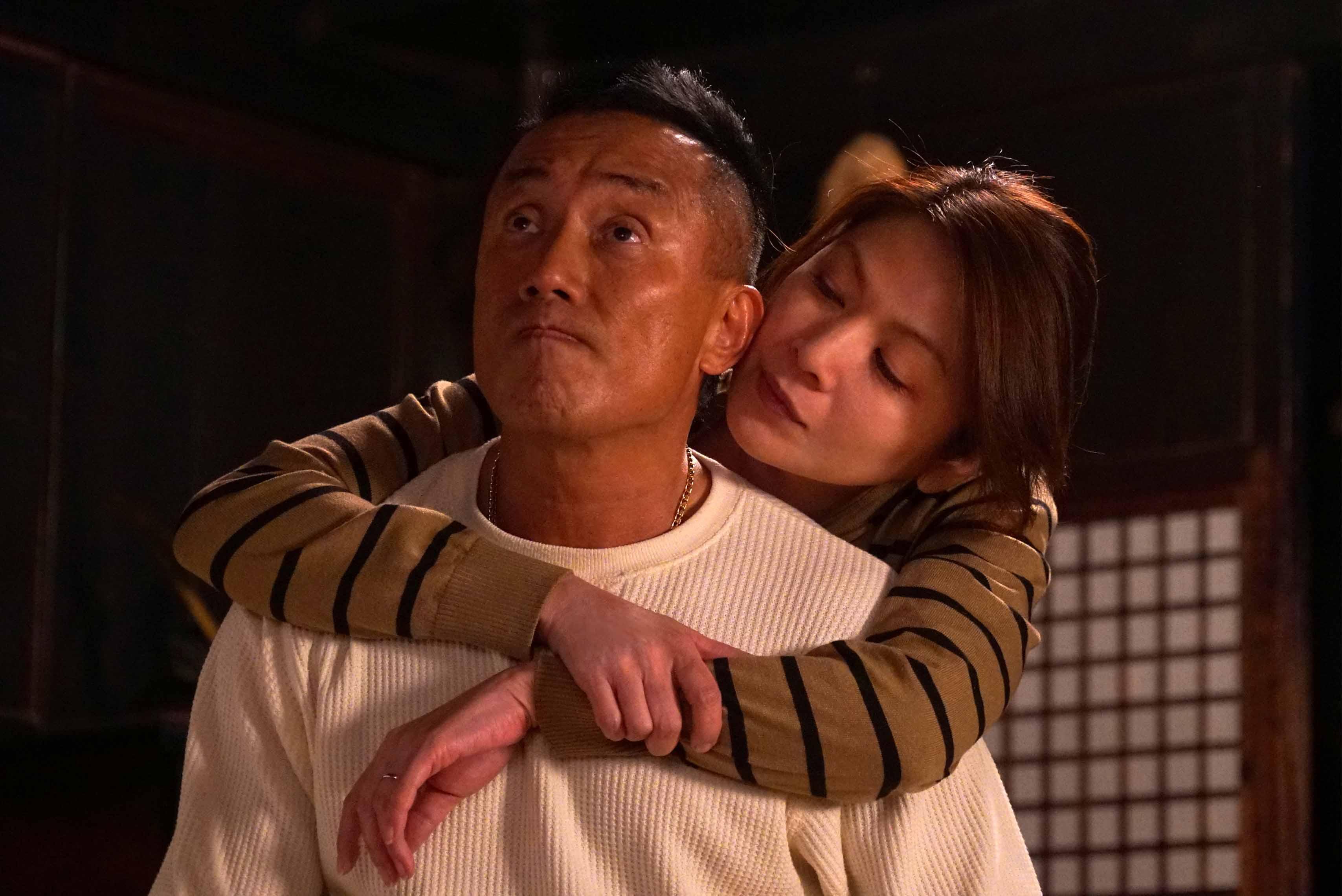 戲外,劇組之間也有著溫暖緊密的氛圍,在拍攝現場長渕剛(前)會以「直醬」稱呼飯島直子(後)