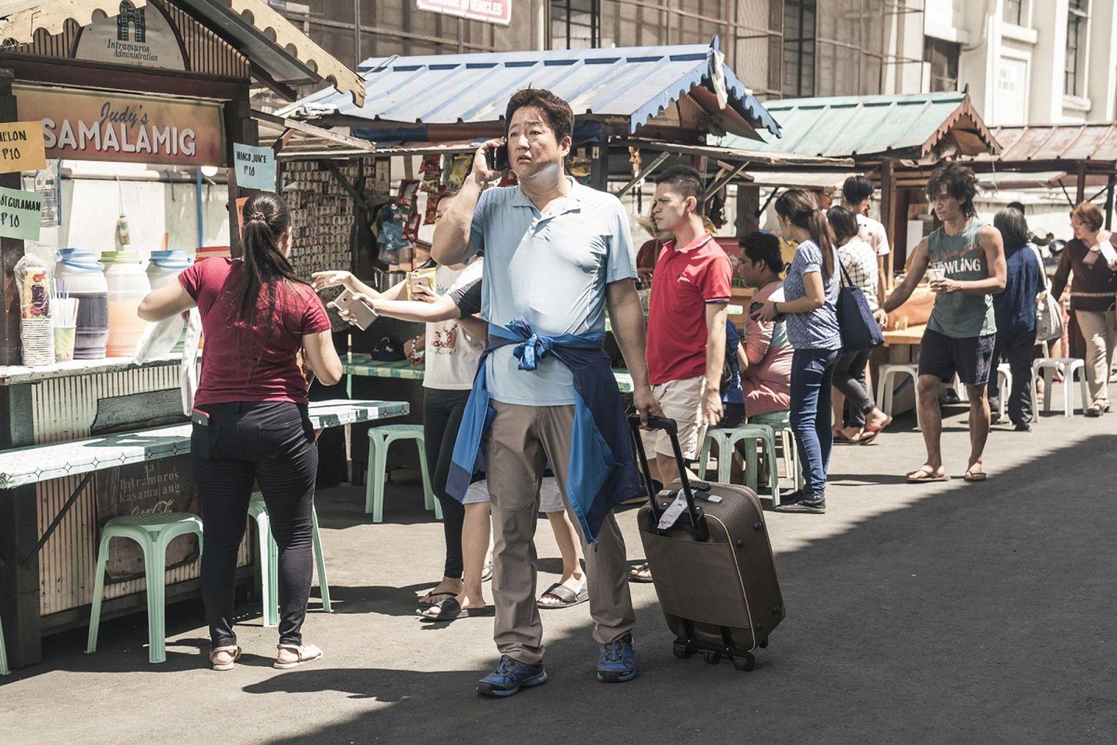 本作故事敘述一名魯蛇刑警(郭到元 飾)帶家人出國度假,卻在當地捲入國際犯罪案件