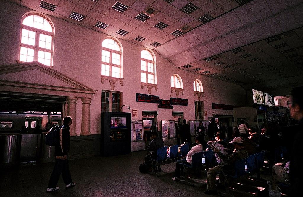 新竹車站 (Photo by chia ying Yang from Taiwan, License: CC BY 2.0, Wikimedia Commons提供, 圖片來源www.flickr.com/photos/enixii/4427777485)