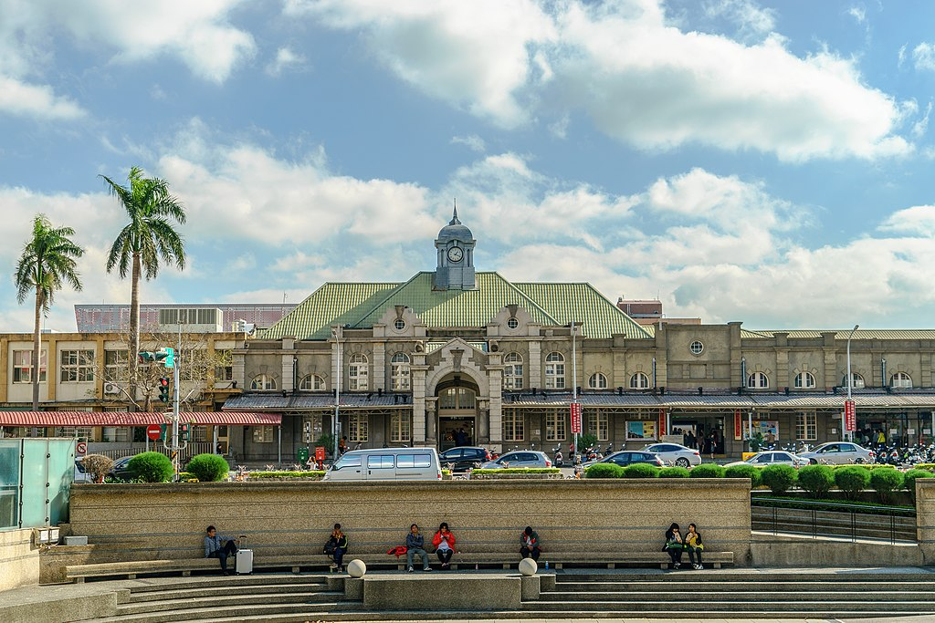 新竹車站 (Photo by曾傳富, License: CC BY-SA 4.0, Wikimedia Commons提供)