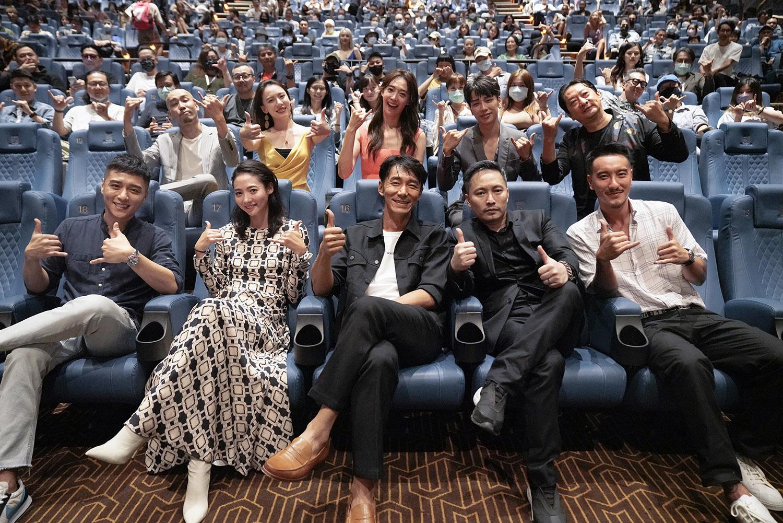 演員們陪同觀眾一起欣賞首映