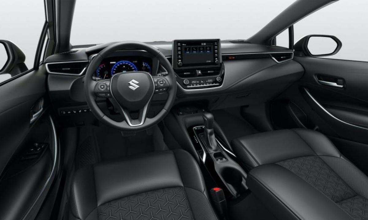 內裝基本上就是 Corolla 旅行車的樣式,只是廠徽換成 Suzuki。