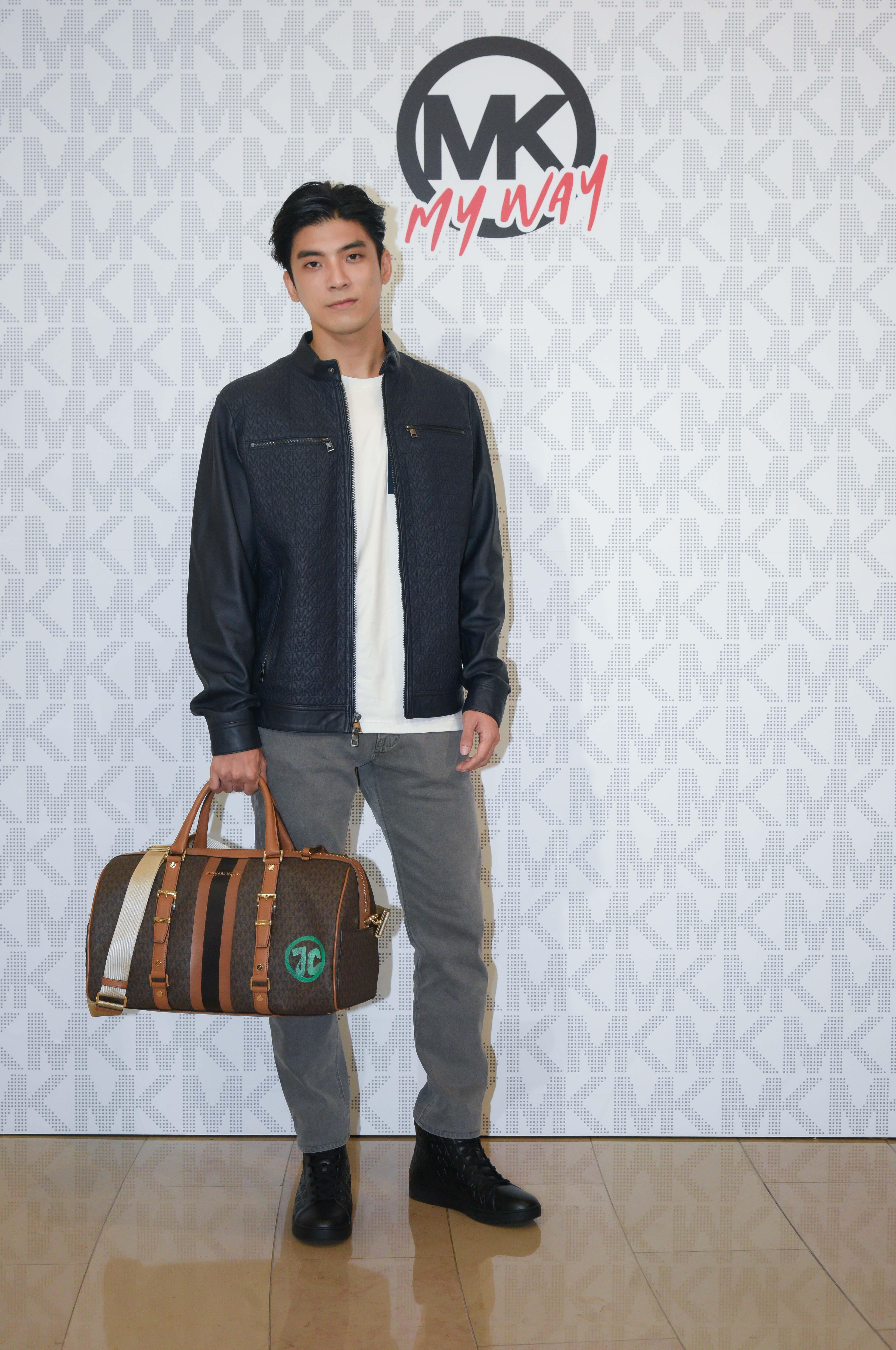 林哲熹則以白色Logo T-shirt搭配深藍色壓紋皮衣、灰黑色丹寧長褲及黑色皮革休閒鞋,傳達品牌自我表述的時尚概念